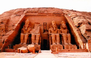 Большой храм в Абу-Симбеле со статуями фараона Рамсеса II