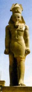 Статуя Рамсеса II, найденная в Мемфисе, на вокзальной площади в Каире