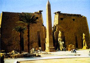 Храм Амона с обелиском и статуями Рамсеса II в Луксоре
