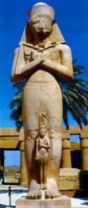 Статуя Рамсеса II с женой Нефертари в Карнакском храме