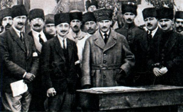 Ататюрк с соратниками