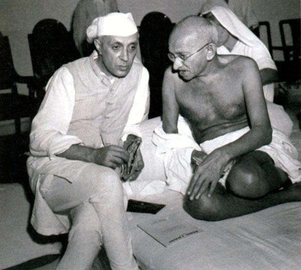 Джавахарлал Неру беседует с Махатмой Ганди. 1942 г.