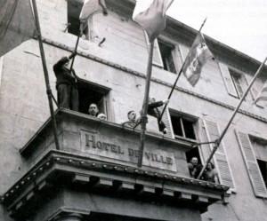 Генерал Шарль де Голль выступает перед народом освобожденного Шербура с балкона мэрии. Август 1944 г.