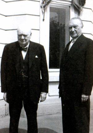 Уинстон Черчилль и Конрад Аденауэр. Фото Федерального архива Германии. 1956 г.