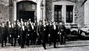 Ататюрк выходит из здания парламента