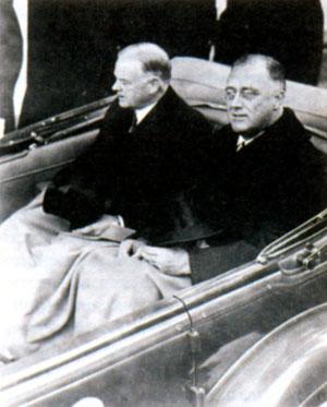 Франклин Делано Рузвельт и 31-й Президент США Герберт Гувер в кабриолете на пути в Капитолий во время инаугурации Рузвельта. 4 марта 1933 г.