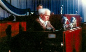 Бен-Гурион выступает в парламенте 1957 г.