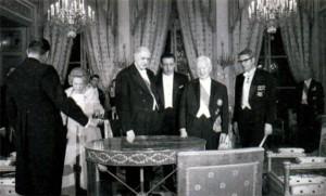Встреча в немецком посольстве в Париже. Де Галль (слева в центре) и Президент ФРГ Генрих Любке (справа). 1968 г.