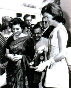 Жаклин Кеннеди во время своего визита в Дели с Индирой Ганди. 1962 г.