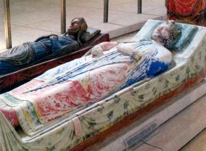 Надгробия Ричарда Львиное Сердце (на переднем плане) и Изабеллы Ангулемской - вдовы Иоанна Безземельного