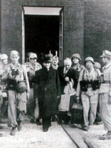 Муссолини выходит из отеля после освобождения его немецкими парашютистами 17 сентября 1943 г.