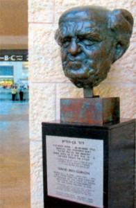 Бюст Бен-Гуриона на входе в 3-й терминал аэропорта имени Давида Бен-Гуриона