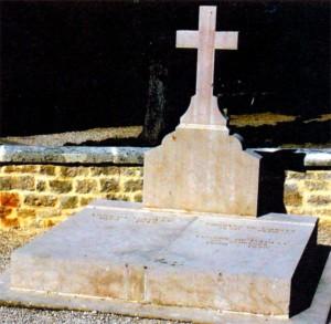 Могила де Голля, его жены и младшей дочери в Коломбэ