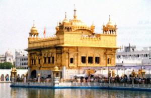 Золотой храм - центральный храм сикхской религии в городе Амритсар (Пенджаб)