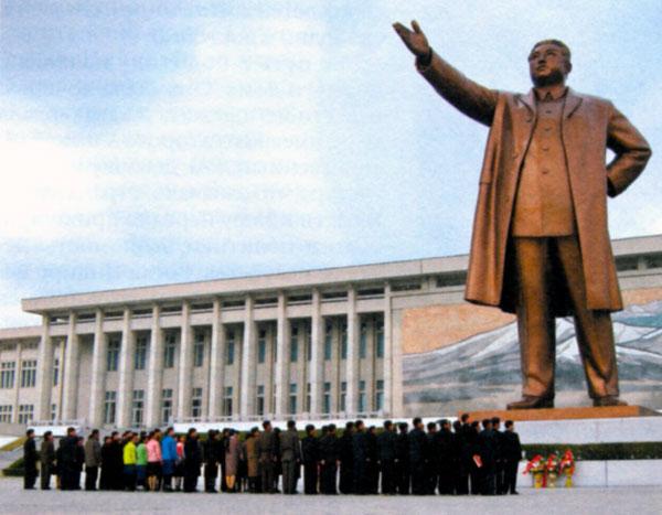 Памятник Ким Ир Сену в Пхеньяне (Северная Корея)