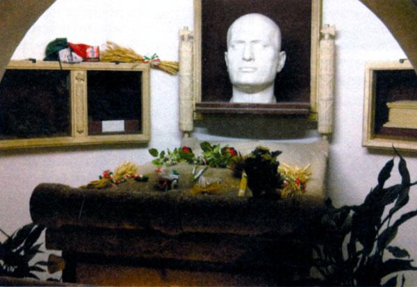 Гробница Бенвенуто Муссолини в семейном склепе на кладбище в Предаппио