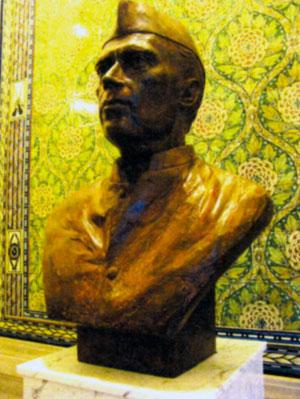 Бюст Неру во дворце мира в Гааге