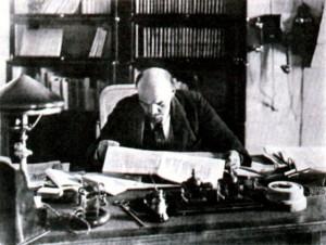 Ленин в рабочем кабинете в Кремле. 1918 г.
