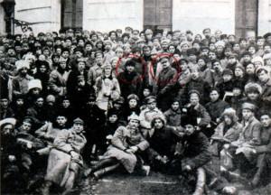 Ленин и Троцкий с солдатами Красной армии в Петрограде. 1921 г.